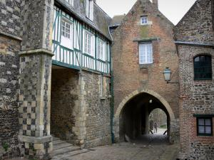 Saint-Valery-sur-Somme - Upper town: Nevers gateway and houses of the medieval town
