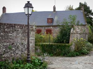 Saint-Valery-sur-Somme - Upper town (medieval town): lamppost, house and flowers