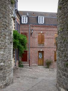 Saint-Valery-sur-Somme - Brick-built houses and narrow paved street
