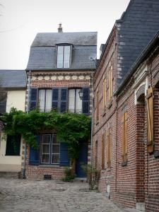 Saint-Valery-sur-Somme - Brick-built houses and paved ground