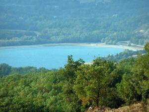 Sainte-Croix lake - Trees, lake with boats, shores and forest (Verdon Regional Nature Park)
