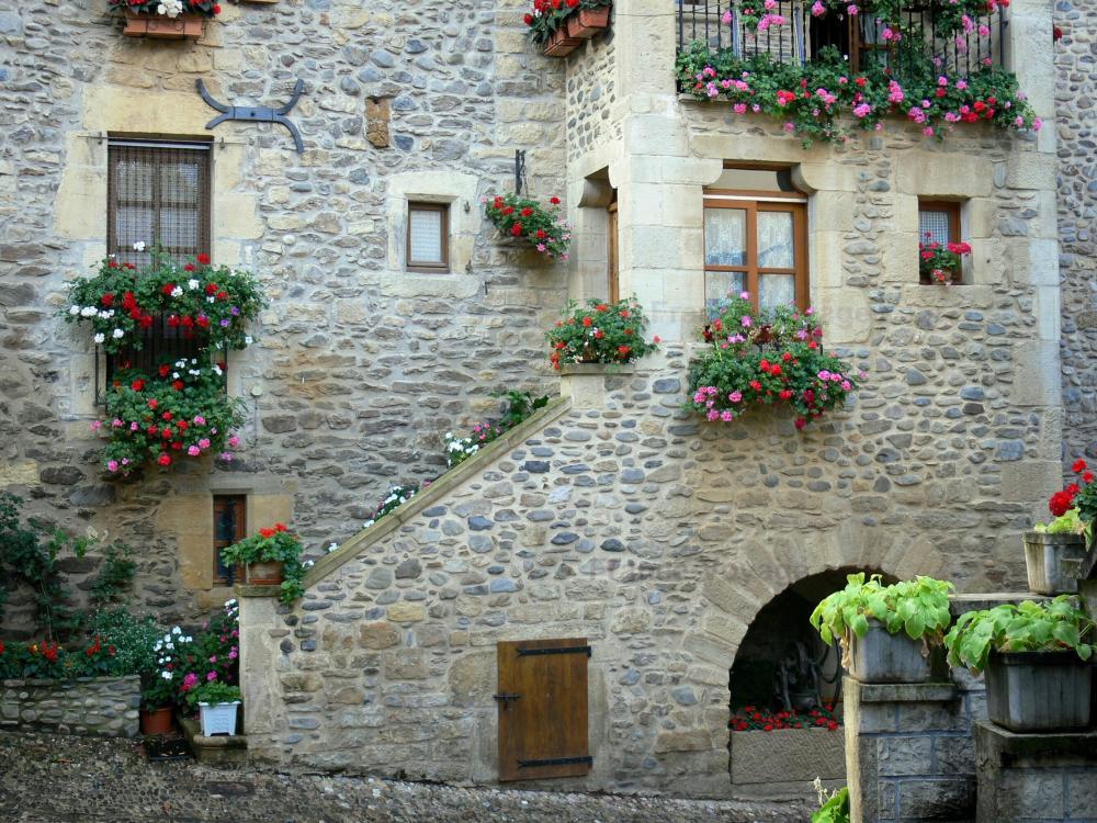 Fotos sainte eulalie d 39 olt gu a turismo y vacaciones for Patios de casas decorados con piedras