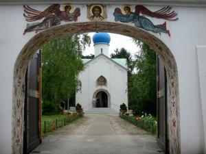 Sainte-Geneviève-des-Bois Orthodox church - Entrance portal and alley leading to the Notre-Dame-de-la-Dormition Russian Orthodox church
