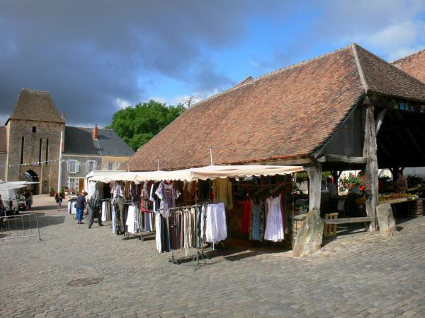 Sainte-Sévère-sur-Indre - Hall of the marketplace and fortified gate in the background