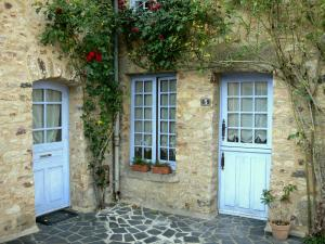 Sainte-Suzanne - Stone facades with climbing roses