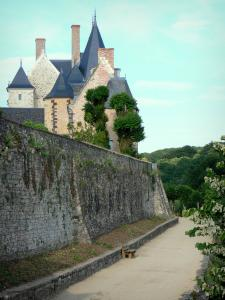 Sainte-Suzanne - Ramparts, old manor house and castle overlooking the Poterne promenade