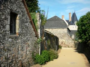 Sainte-Suzanne - Lodge of the castle and houses of the medieval town