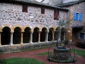Salles-Arbuissonnas-en-Beaujolais - Gallery of the Romanesque cloister and its well