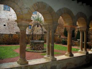 Salles-Arbuissonnas-en-Beaujolais - Columns in the gallery of the Romanesque cloister and well in background