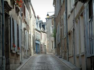 Sancerre - Street in the old town lined with houses