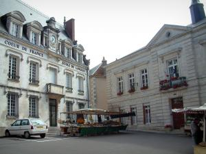 Sancerre - Panneterie square with its houses (one being the town hall) and a market
