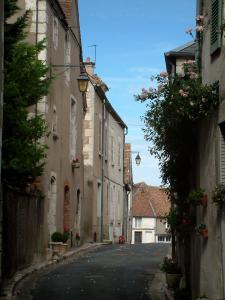 Sancerre - Narrow street in the old town with its houses decorated with flowers