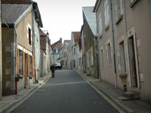 Sancerre - Sloping street lined with houses