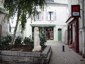 Saumur - Sculpture, tree, shrubs, shops and houses