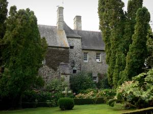 Saussey manor house - Manor house and garden (trees and lawn)