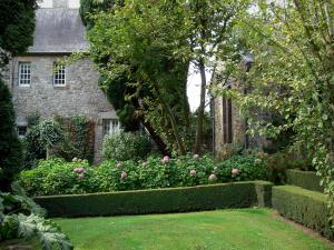 Saussey manor house - Garden of the manor house: lawn, flowers and trees