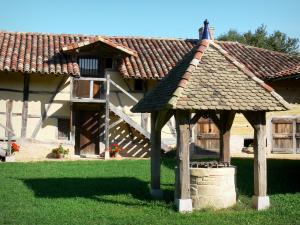 Savoyard Bresse - Grange du Clou, Bressan farmhouse with its well; in Saint-Cyr-sur-Menthon