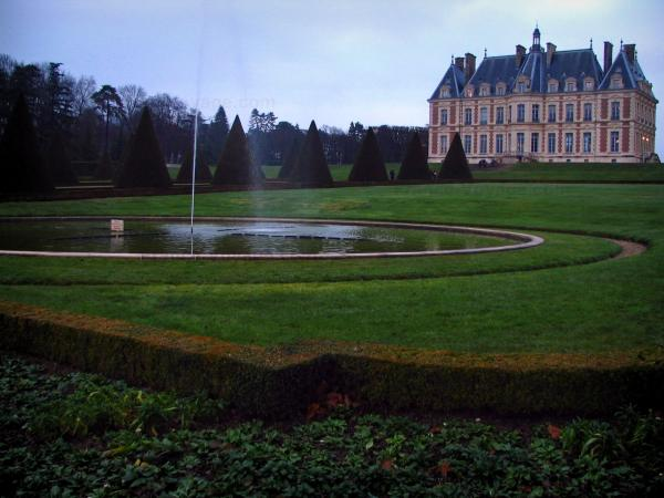 Sceaux park - Castle home to the Ile-de-France museum, pond with fountain, lawns, cut shrubs and trees