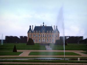 Sceaux park - Castle home to the Ile-de-France museum, fountains, lawns, paths, trees and cut shrubs