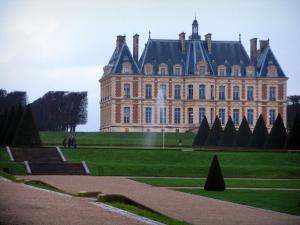 Sceaux park - Castle home to the Ile-de-France museum, fountain, lawns, paths, stairs, trees and cut shrubs