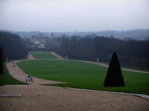 Sceaux park - Cut shrub, lawns, paths and trees