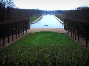 Sceaux park - Lawn lined with trees and view of the Grand Canal