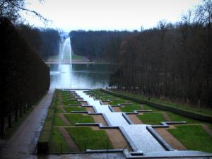 Sceaux park - Big waterfalls, fountain of the Octagon pond and trees