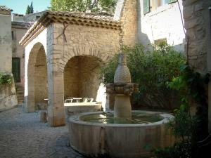 Séguret - Small square paved with the Mascarons fountain and a washhouse