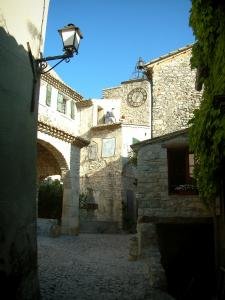 Séguret - Square paved with the Mascarons fountain, a washhouse, the Horloge tower and stone houses