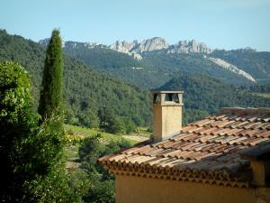 Séguret - Roof of a house with view of the forest and the peaks of the Dentelles de Montmirail