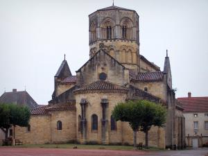 Semur-en-Brionnais - Saint-Hilaire collegiate church of Romanesque style with its octagonal bell tower; in Brionnais