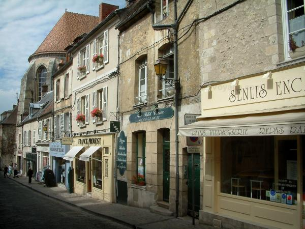 Senlis - Shopping street with houses and shops