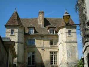 Senlis - Chancellerie mansion which boasts two towers