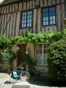Senlis - Cycle, rosebushes (roses), shrub, creeper and ancient half-timbered house and bricks