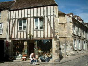 Senlis - Timber-framed house and antique dealer's shop