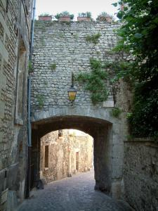 Senlis - Gallo-Roman rampart and Treille street