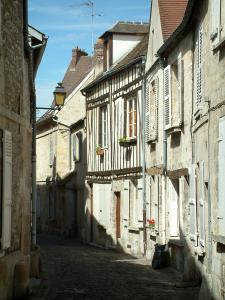 Senlis - Paved street lined with old houses