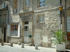 Senlis - Stone house with an old shop sign (banner)