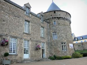 Sillé-le-Guillaume - Tower and facade of the castle