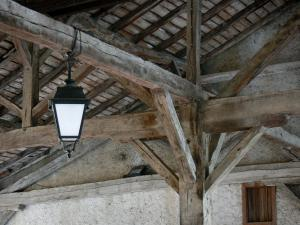 Simorre - Lantern and wooden structure of the covered market hall
