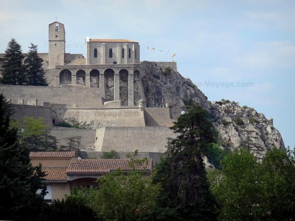 Sisteron - Citadel perched on its rock with its keep, its Notre-Dame-du-Château chapel and its fortification