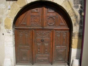 Sisteron - Ancient carved door