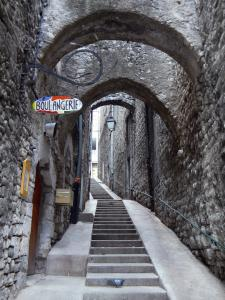 Sisteron - Stairway in the old town lined with houses