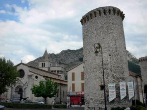 Sisteron - Tower (remains of the surrounding wall) and Notre-Dame-des-Pommiers cathedral