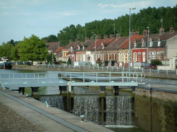 Skippers town - Longueil-Annel: bank, lock, side canal of the Oise river, brick houses and trees