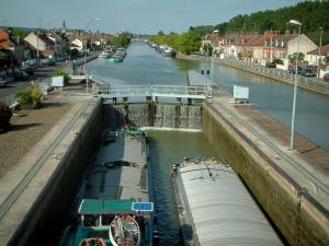 Skippers town - Longueil-Annel: lock with two barges, side canal of the Oise river, moored barges, banks and houses