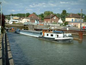 Skippers town - Longueil-Annel: barge navigating the side canal of the Oise river, banks and houses