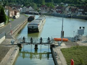 Skippers town - Longueil-Annel: lock, side canal of the Oise river with barges, banks and houses