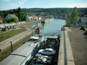 Skippers town - Longueil-Annel: lock, banks, barge navigating the side canal of the Oise river and houses