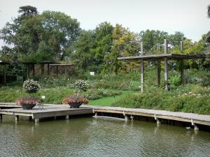 La Source floral park - Miroir rose garden: pond, wooden quay, rosebushes (roses), pergolae and trees